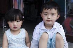 St?ende av tv? gulliga ungar royaltyfri bild