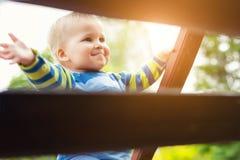 St?enden av den blonda gulliga busiga caucasianen behandla som ett barn pojken som rymmer tr?trappr?ckekl?ttringtrappuppg?ngen p? arkivfoton