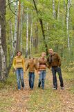 St?enden av familjen av fyra parkerar in arkivbilder