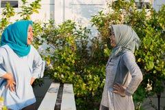 St?enden av ilskna tv? hijabkvinnor har mots?ttningar med grannar arkivfoto