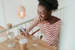 St?enden av lyckliga afrikanska kvinnan som den har, vilar i kaf? fotografering för bildbyråer