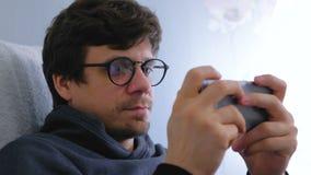 St?enden av mannen i exponeringsglas skriver ett meddelande i socialt massmedia p? smartphonen lager videofilmer