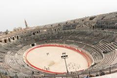 1st för århundrade romerska amfiteater F. KR. i Nimes, Frankrike Arkivfoto