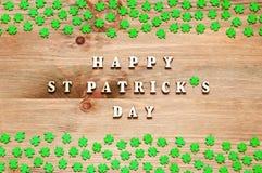 st för bakgrundsdagpatricks Gröna quatrefoils på den träför St Patrick för bakgrund och för inskrift lyckliga dagen ` s Arkivbild