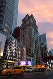 St för W 42nd i NYC i aftonen Royaltyfri Fotografi