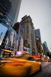 St för W 42nd i NYC i aftonen Arkivbilder