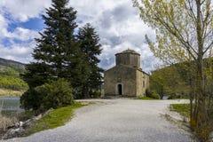 St Fanourios tradycyjny Greckokatolicki kościół lokalizować przy Doxa jeziorem w Feneos Peloponnese, Grecja, - Zdjęcia Stock