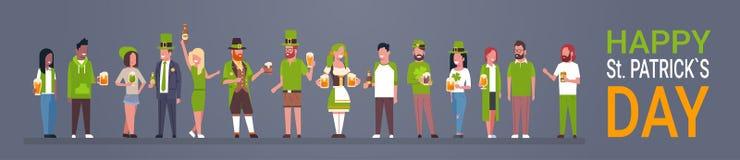 St feliz Patrick Day Party Poster, grupo de pessoas na roupa verde que bebe a bandeira horizontal da cerveja ilustração stock