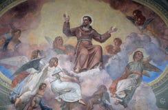 St Francis av Assisi omgav vid änglar Royaltyfri Foto