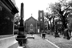 ST FRANCISVILLE LOUISIANA, USA - 2009: Gravvalv framme av historiska Grace Episcopal Church Arkivfoto