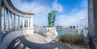 St Gellert statua i linia horyzontu Budapest z niebieskim niebem i chodzeniem chmurniejemy, Węgry Zdjęcia Royalty Free
