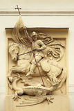 St George dödande drake Stuckaturgarnering på Art Nouveau bu Arkivbilder
