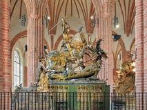 St George et la statue de dragon dans Storkyrkan de Stockholm, Suède Images stock