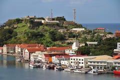 St George Grenada - 12/15/17: Sceniska havsikter av shoppar längs kusten i Stet George, huvudstaden av Grenada Royaltyfria Bilder