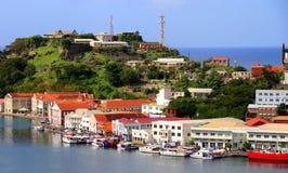 St George Grenada - 12/15/17: Sceniska havsikter av shoppar längs kusten i Stet George, huvudstaden av Grenada Royaltyfri Foto