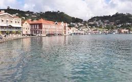St George Grenada - 12/15/17: Sceniska havsikter av shoppar längs kusten i Stet George, huvudstaden av Grenada Royaltyfri Fotografi