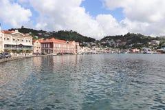 St George Grenada - 12/15/17: Sceniska havsikter av shoppar längs kusten i Stet George, huvudstaden av Grenada Arkivfoton