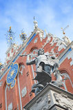 St George kämpft zum Drachen, Statue des Ritters Roland mit der Klinge, die einen Drachen vor dem Haus von Mitessern besiegt und Stockbilder