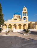 St George kościół w Oia wiosce na Santorini wyspie, Grecja zdjęcie stock