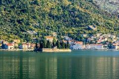 St George kyrka på ön i den Boka fjärden, Kotor, Montenegro Arkivbilder