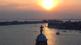St George na parte superior da catedral de San Giorgio Maggiore no por do sol Noite em Veneza video estoque