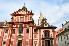 St George ` s een Basiliekdeel van het complexe Kasteel van Praag Stock Afbeeldingen