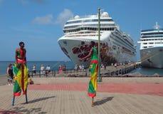 St George ` s Grenada, Nov, - 08, 2017: Mile widziany taniec na stilts dla turystów rejsów liniowowie Obraz Stock