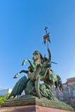 St George saint combattant la statue de dragon Image stock