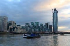 St George Wharf em Londres fotos de stock
