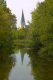 St. Georgs-Kirche en Bocholt que refleja en el río Foto de archivo