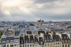 St Germain l'Auxerroiskyrka bland tak av paris Fotografering för Bildbyråer