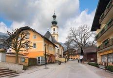 St Gilgen de village par le Wolfgangsee avec l'église du saint Giles Saint Aegidius l'autriche Photos stock