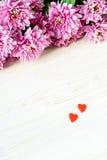 St Giorno del ` s del biglietto di S Cuori e crisantemo rossi fotografie stock