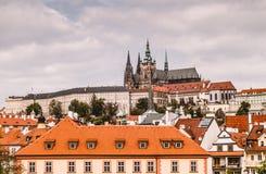 St gotica antica Vitus Cathedral del cattolico in repubblica Ceca e la vista pittoresca della città Fotografia Stock