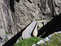St. Gotthard Teufelsbruecke, alpine Teufel ` s Straßenbrücke über Reuss-Fluss nahe Andermatt-Stadt in der Schweiz Lizenzfreie Stockfotos