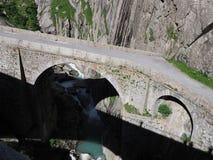 St Gotthard Teufelsbruecke, ponte alpino della strada del ` s del diavolo sopra il fiume di Reuss vicino alla città di Andermatt  Fotografia Stock