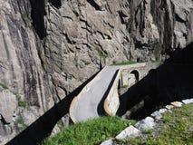 St Gotthard Teufelsbruecke, ponte alpino della strada del ` s del diavolo sopra il fiume di Reuss vicino alla città di Andermatt  Fotografie Stock Libere da Diritti