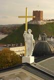 St Helena skulptur på domkyrkan av Vilnius i Litauen royaltyfria foton