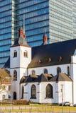 St Heribert do Alt na água de Colônia-Deutz, Alemanha, na frente de uma torre do escritório Fotografia de Stock