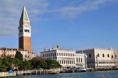 St het Vierkant van het Teken met Campanile in Venetië, Italië stock foto's