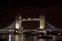 Stå högt bron i London, England på natten Arkivbild