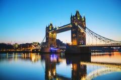 Stå högt bron i London, Storbritannien på soluppgång Royaltyfri Bild