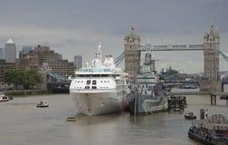 Stå högt bron London ett kryssningskepp och en HMS Belfast Arkivfoto