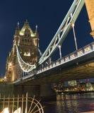 Stå högt bron London över sikt för natt för flodThemsen härlig Royaltyfri Bild