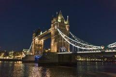 Stå högt bron London över sikt för natt för flodThemsen härlig Arkivbild