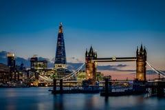 Stå högt bron och den himmelLondon horisonten på solnedgången Royaltyfri Foto