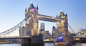 Stå högt bron på skymning, London, UK, England Royaltyfri Bild