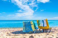 St?hle auf dem Strand lizenzfreies stockfoto