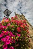 St Ia Kerkklokketoren en bloemen Stock Foto's