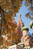 St. Igreja ortodoxa do russo da manjericão imagens de stock